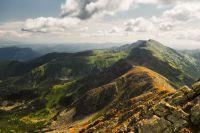 Pohled z Chopku na hlavní hřeben Nízkých Tater až k vrcholu Ďumbier, který je nejvyšší
